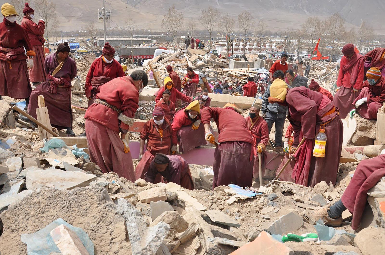 Khenpo Karma leidde het reddingswerkzaamheden bij de Yushu aardbeving.