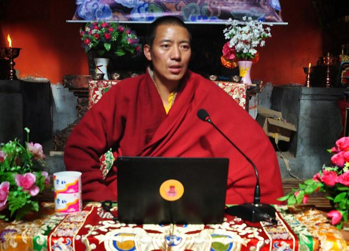 Khenpo Karma geeft onderricht.