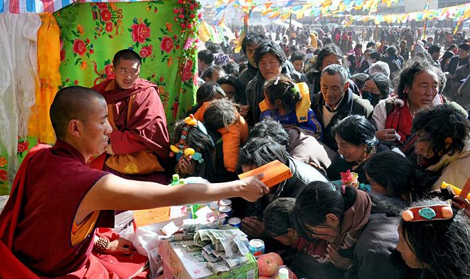 Khenpo Karma geeft onderwijs.