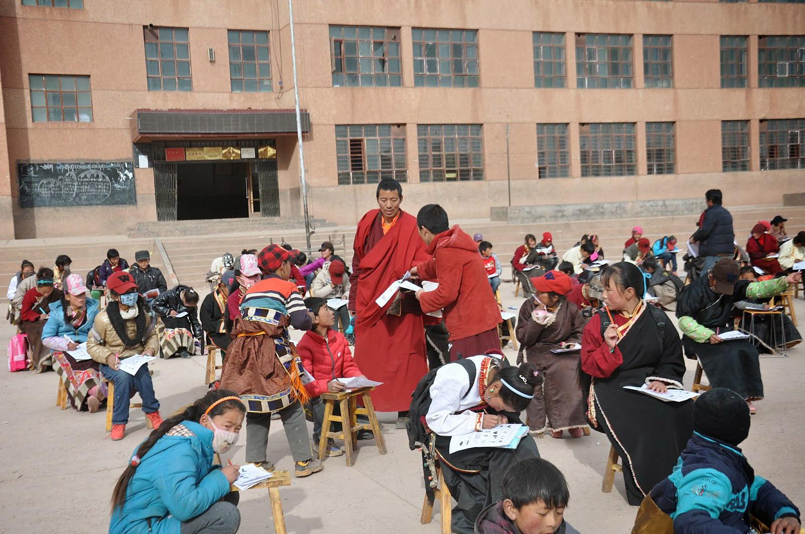 Khenpo Karma geeft onderwijs aan kinderen.
