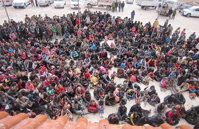 Stil protest buiten de Nangchen gevangenis voor Khenpo Kartse op 15 january, waarbij mannen, vrouwen en kinderen zich verzamelen buiten de gevangenis.