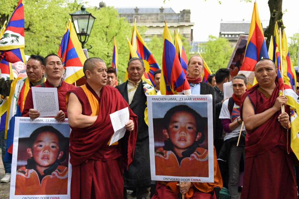 Deze afbeelding heeft een leeg alt-atribuut; de bestandsnaam is 39.-Tibetanen-en-supporters-voor-het-parlementsgebouw-in-Den-Haag-om-aandacht-te-vragen-voor-de-23-jaar-durende-vermissing-van-de-Panchen-Lama-1024x683.jpg