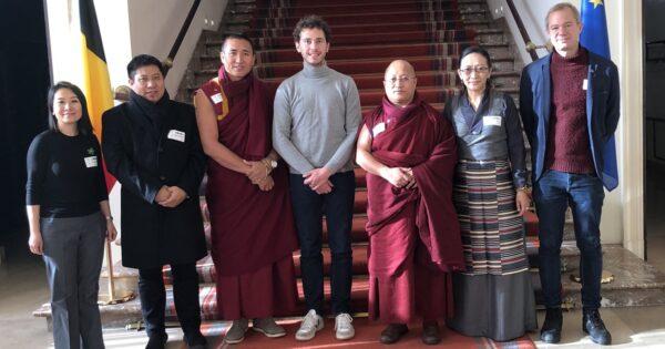Belgisch parlementslid Samuel Cogolati met bezoek aan Tibetaanse parlementariërs en ICT-medewerkers Vincent Metten en Tibet Bureau-medewerker Rigzin Genkhang.