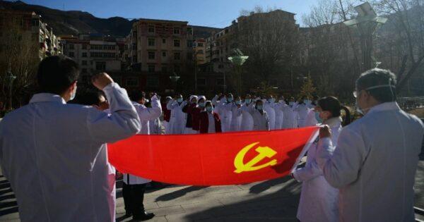 Vlag van de Chinese partij CCP wordt vastgehouden door medici