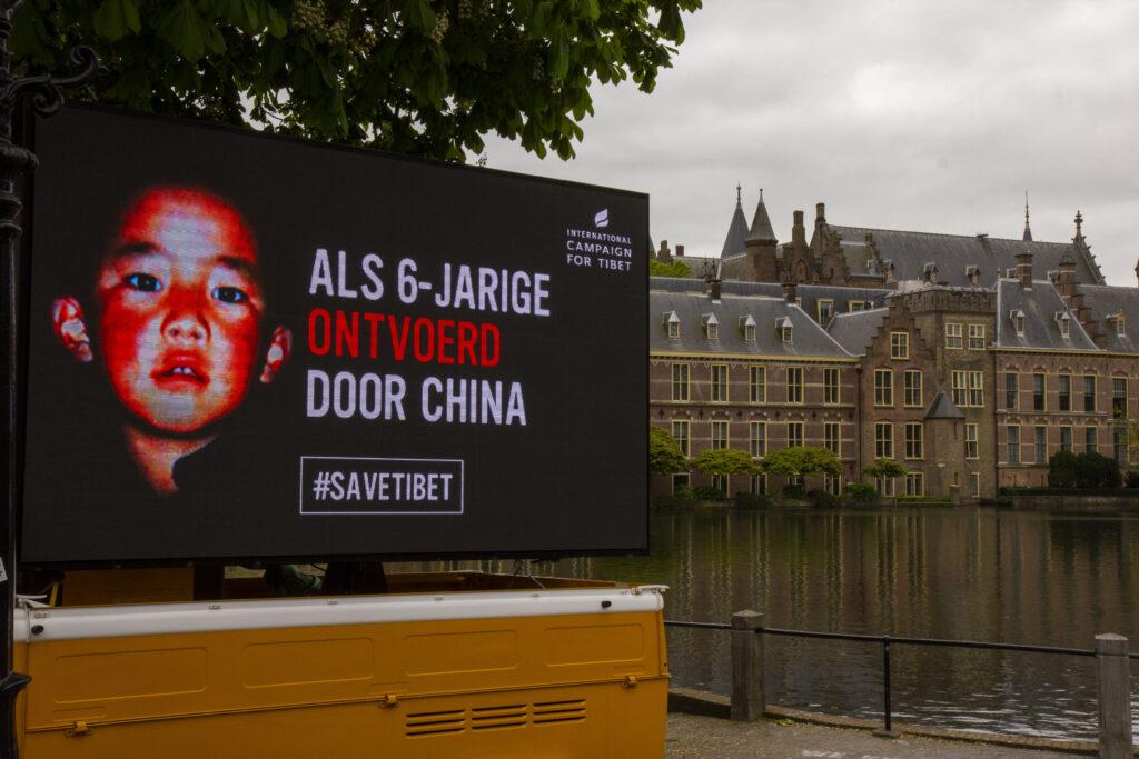 Banner: 'Als 6-jarige ontvoerd door China' voor de Hofvijver 2