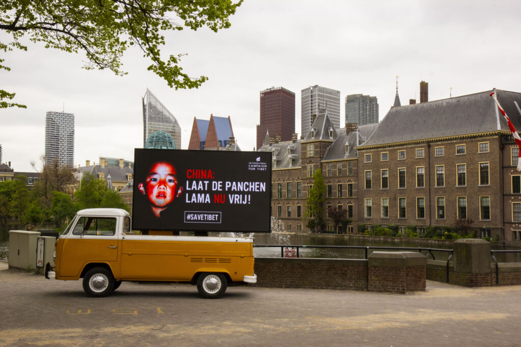 Banner: 'China: Laat de Panchen Lama NU vrij!' voor de Hofvijver in Den Haag 5