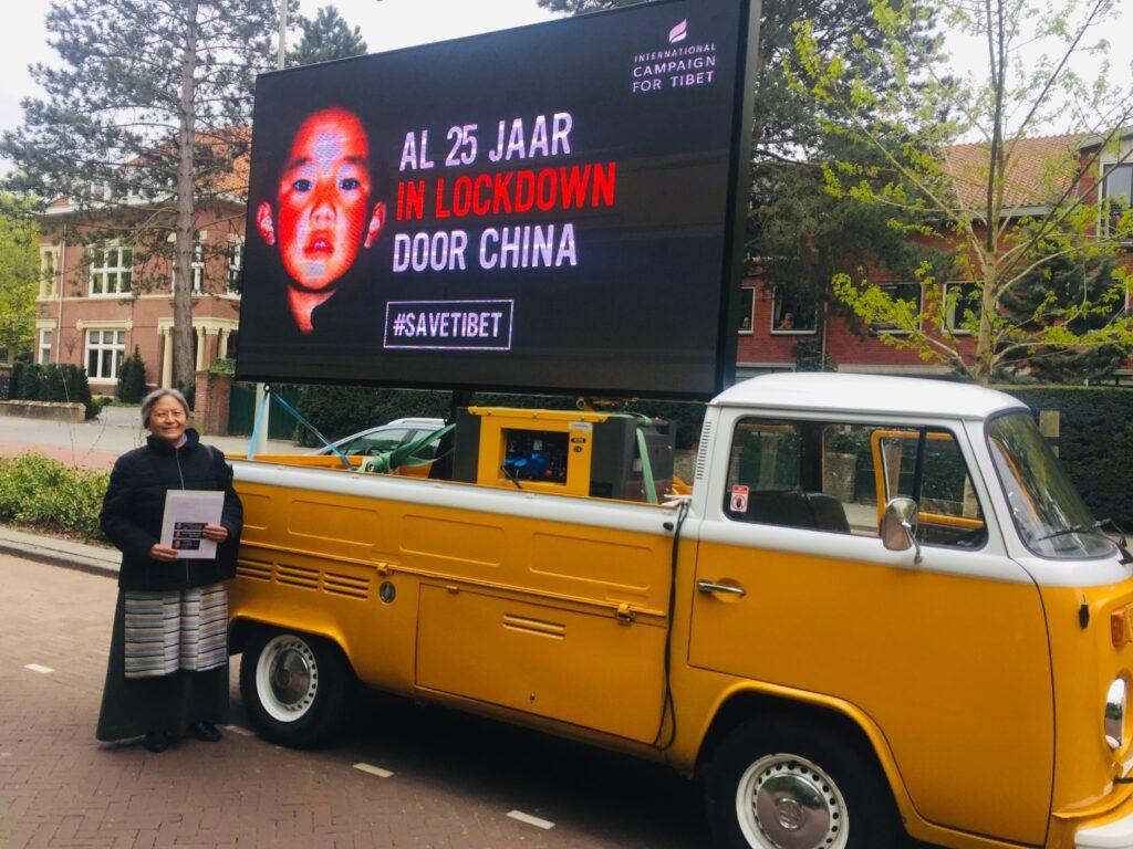 Banner: 'Al 25 jaar in lockdown door China' voor de Chinese ambassade in Den Haag