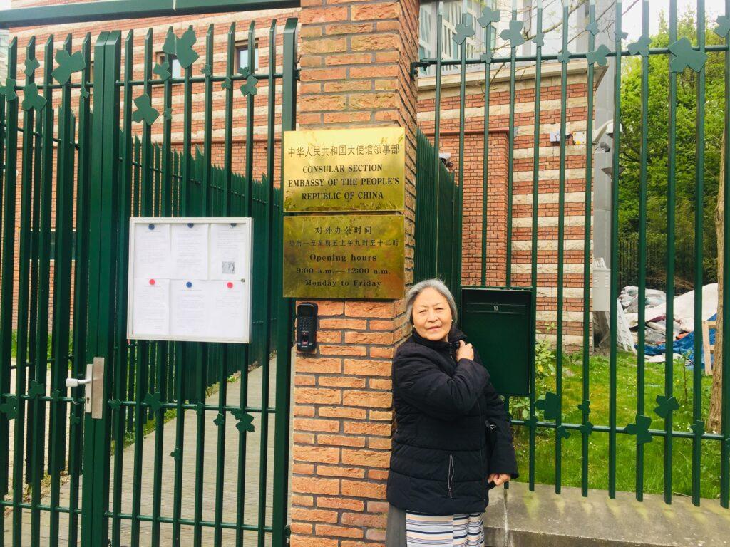 Tsering Jampa levert een brief af voor Xi Jinping, voor de Chinese ambassade in Den Haag