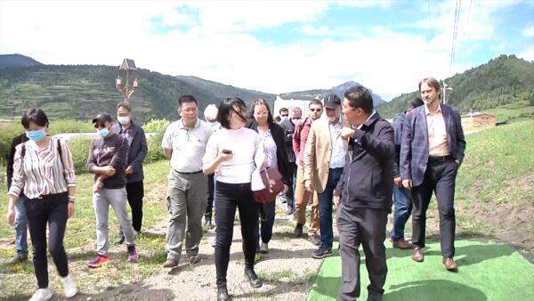 Een groep van 21 diplomaten uit 10 landen wordt meegenomen op reis naar een Tibetaans gebied in Sichuan