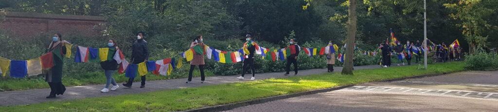 Solidariteitsketting met Tibetaanse vlaggen in Den Haag