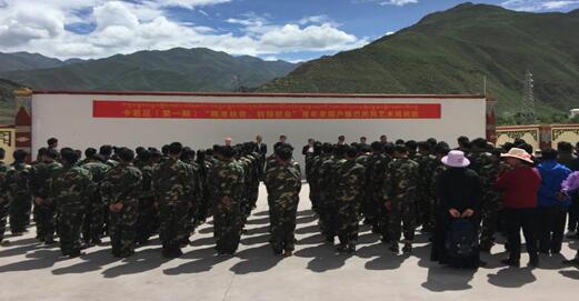 Foto: Tibetanen in militair uniform. Rapport van Adriaan Senz over Tibetaanse trainingskampen
