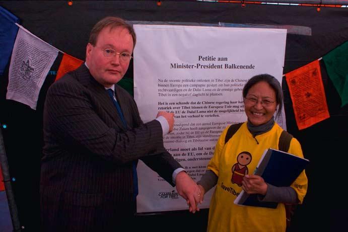 Hans van Baalen (VVD) en Tsering Jampa voor petitie gericht aan minister-president Balkenende tijdens het Ticket for Tibet festival op 20 april 2008, Amsterdam.